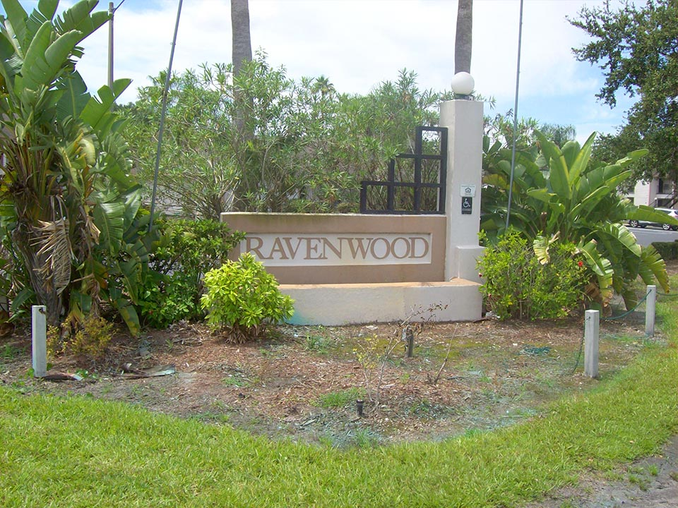 Photo of the Ravenwood Apartmetns entrance sign